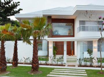 remodelação casa luxo condomínio santa mônica jardins fachada pedra ferro e porta pivotante