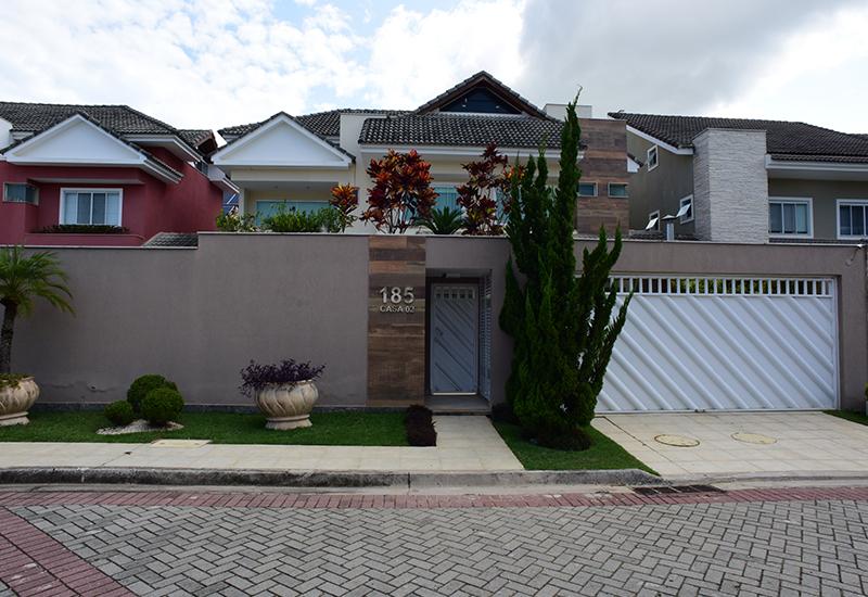 Construção de moradia com fachada madeira porcelanato