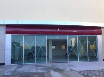 Remodelação loja comercial com fachada em acm e porta de vidro
