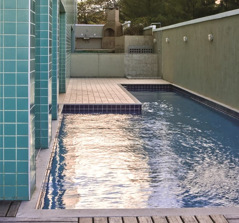 construcao-edificio-residencial-piscina-pastilha-ceramica